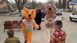Аниматоры развлекают детей на избирательном участке в крымском селе (видео)