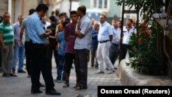 پلیس محلی ساعاتی پس از انفجار در حال انجام تحقیقات در مورد این اقدام انتحاری است