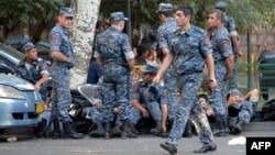 Ոստիկանները Խորենացու փողոցում, Երևան, 19-ը հուլիսի, 2016թ․