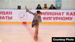Юная фигуристка Элизабет Турсынбаева выступает на чемпионате Казахстана.