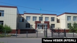 У здания суда в городе Шахтинске Карагандинской области.