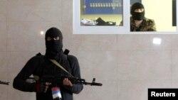 Украинаның шығысында соғысып жүрген сепаратистердің бірі. Көрнекі сурет.