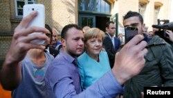 Angela Merkel okružena izbjeglicama