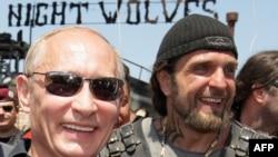 Президент Росії Володимир Путін (ліворуч) та лідер «Нічних вовків» Олександр Залдостанов. Архівне фото