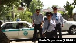 Полицейские идут на место, где собрались оппозиционные активисты. Алматы, 31 мая 2013 года.