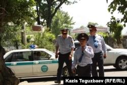Полицейские в Алматы. 31 мая 2013 года. Иллюстративное фото.