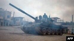 Սիրիացի ապստամբները կառավարական ուժերից առգրաված T-72 տանկով, փետրվար, 2013թ.
