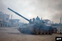 Повстанцы с захваченным ими танком Т-72