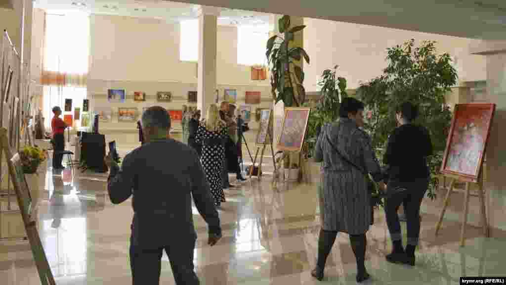 Открытие мероприятия, когда к экспонатам ещё можно было подойти