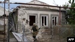 После обстрела сепаратистов (поселок Сартана под Мариуполем, 17 августа 2015 года)
