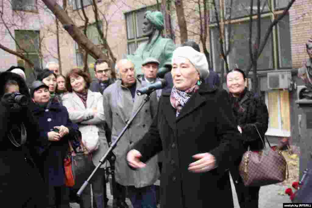 Сестра писателя Роза Айтматова на открытии памятника