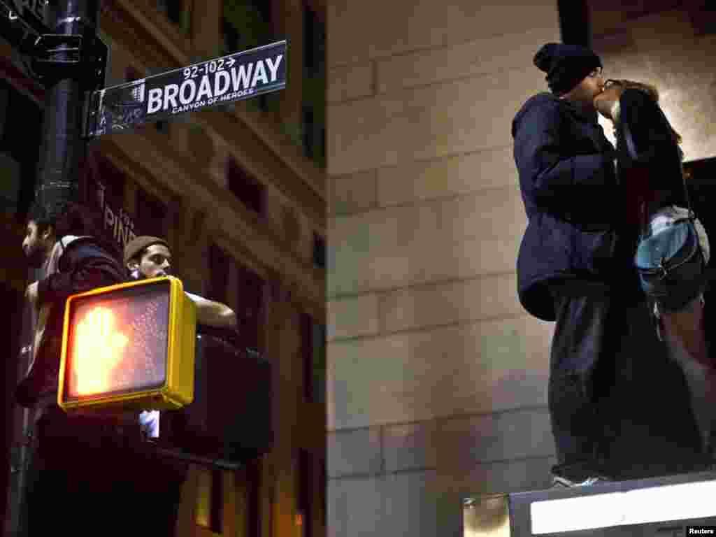 """New Yorkda """"Wall Street-i işğal et!"""" şüarı ilə etiraz aksiyası iştirakçıları polisin noyabrın 15-də apardığı reyddən əvvəl öpüşürlər. (REUTERS/Andrew Burton)"""
