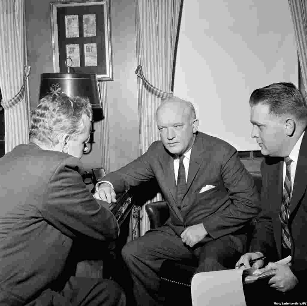 Пауерс не відбув повний 10-річний термін ув'язнення. Бруклінський адвокат Джеймс Б. Донован (в центрі) відіграв велику роль у звільненні Пауерса. Впливовий адвокат домовився про обмін засудженого радянського шпигуна Рудольфа Абеля в 1962 році