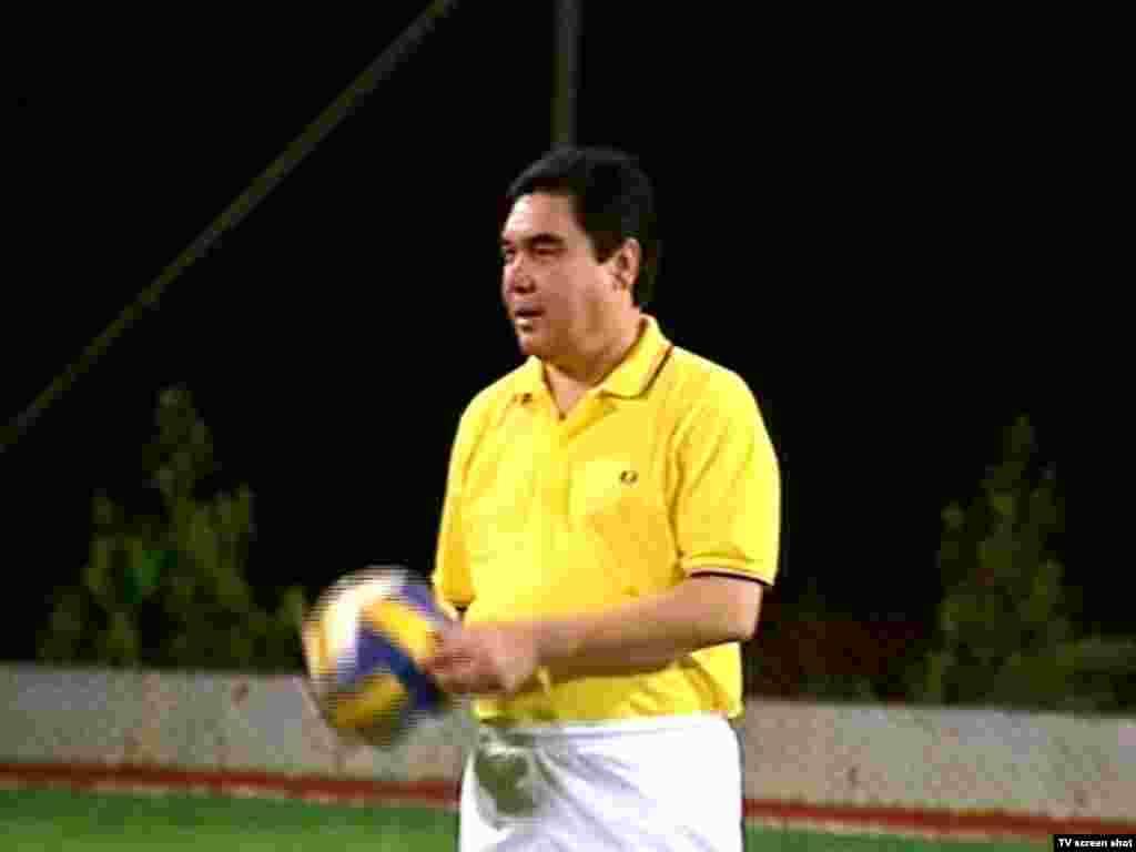 Türkmenistanyň prezidenti Gurbanguly Berdimuhamedow dynç alyşda, iýul, 2010-njy ýyl. (Çeşme: Döwlet telewideniýesi)