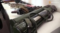 Силовики показали зброю і вибухівку, вилучену під час обшуків в Чернігові