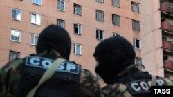 Російські силовики на місті проведення спецоперації у Петербурзі, Росія, 17 серпня 2016 року