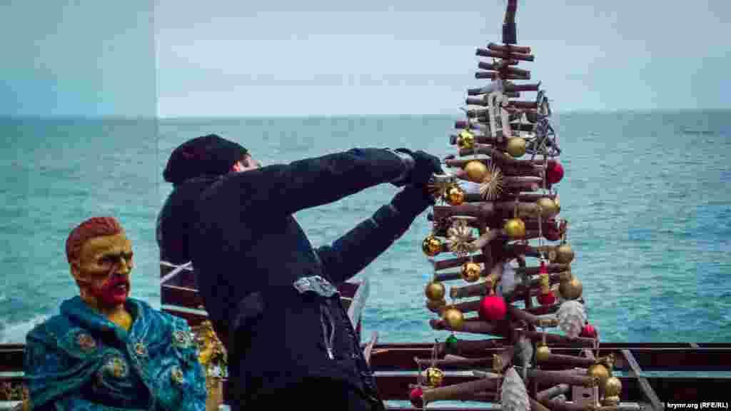 Ван Гог у входа в заведение имени себя внимательно наблюдал за монтажом оригинальной новогодней елки