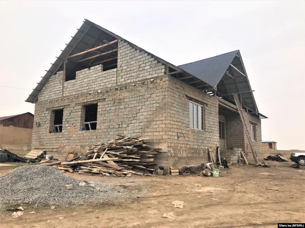 Меруерт Максутова живет с семьей в этом недостроенном доме. Шымкент, 10 марта 2021 года.