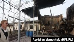 Ынтымақ ауылындағы өртенген үйге қарап тұрған адам. 11 ақпан 2015 жыл.