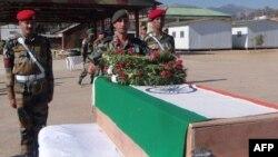 Індійські військові віддають почесті перед труною з тілом одного з убитих, 9 січня 2013 року