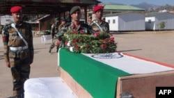 Hindistanyň ofiserleri sişenbe güni Kaşmir regionynyň serhet ýakasynda öldürilen iki esgerden biri Lans Naik Sudhakar Singhiň ýasyna gatnaşýarlar. Rajouri, 9-njy ýanwar, 2013.