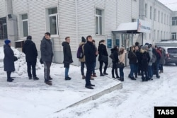 People line up to give blood to help the victims in Kemerovo on March 26.
