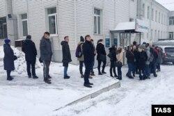 Қан тапсыруға кезекте тұрған адамдар. Кемерово, 26 наурыз 2018 жыл.