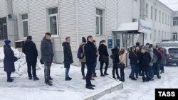 Жители, пришедшие сдать кровь для пострадавших при пожаре. Кемерово, 26 марта 2018 года.
