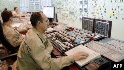 Працівники у кімнаті управління одного з трьох енергоблоків Південноукраїнської АЕС. Листопад 2015 року