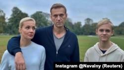 Алексей Навальный с женой Юлией и сыном Захаром, 6 октября 2020 г.
