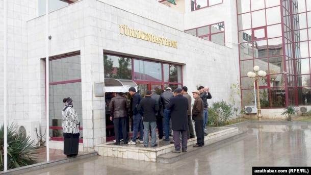 Türkmənistan, adamlar bankomat qarşısında növbədə, 2016