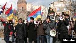 Молодые оппозиционеры требуют освободить Никола Пашиняна