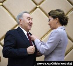 Nursulton Nazarboevga qizi - parlament spikeri Darig'a Nazarboeva ko'krak nishonini qadamoqda, 6 iyun, 2019 yil