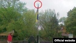 Невідомі не вперше знімають тризуб із флагштока в центрі Харкова. На фото - 12 травня 2011 року