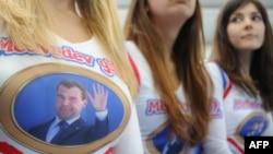Сторонницы Дмитрия Медведева, пришедшие на очередную встречу с президентом России, вызвали к себе особое отношение в сети.