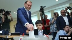 Armenia - Mayor Taron Markarian votes in municipal elections in Yerevan, 14May2017.
