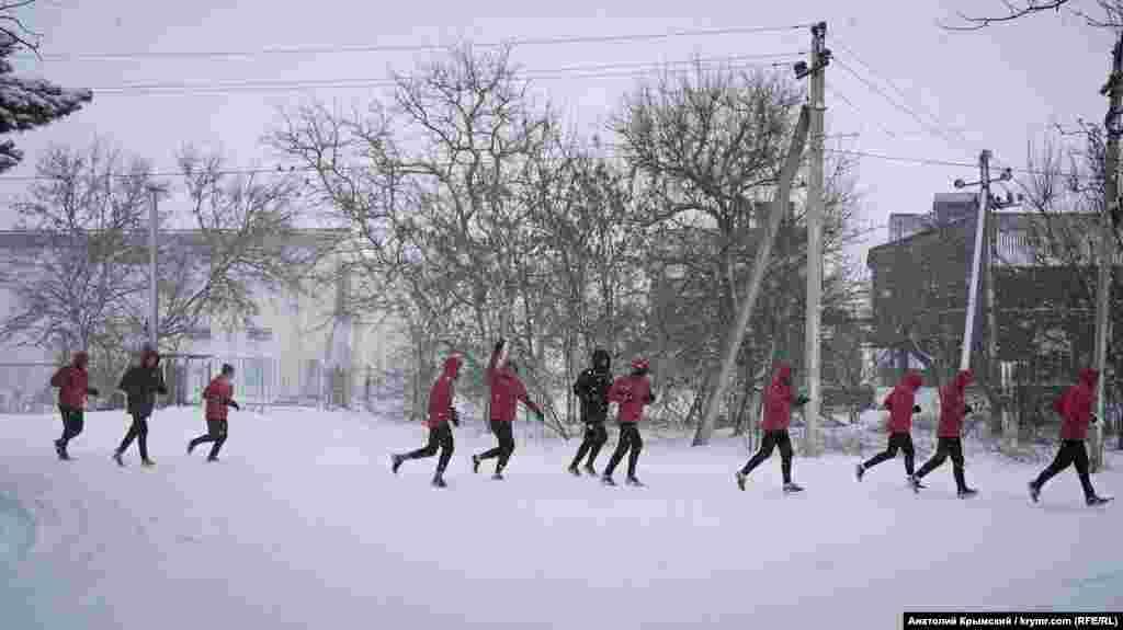 Футбольный клуб «Крымтеплица» проводит тренировку, несмотря на снегопад