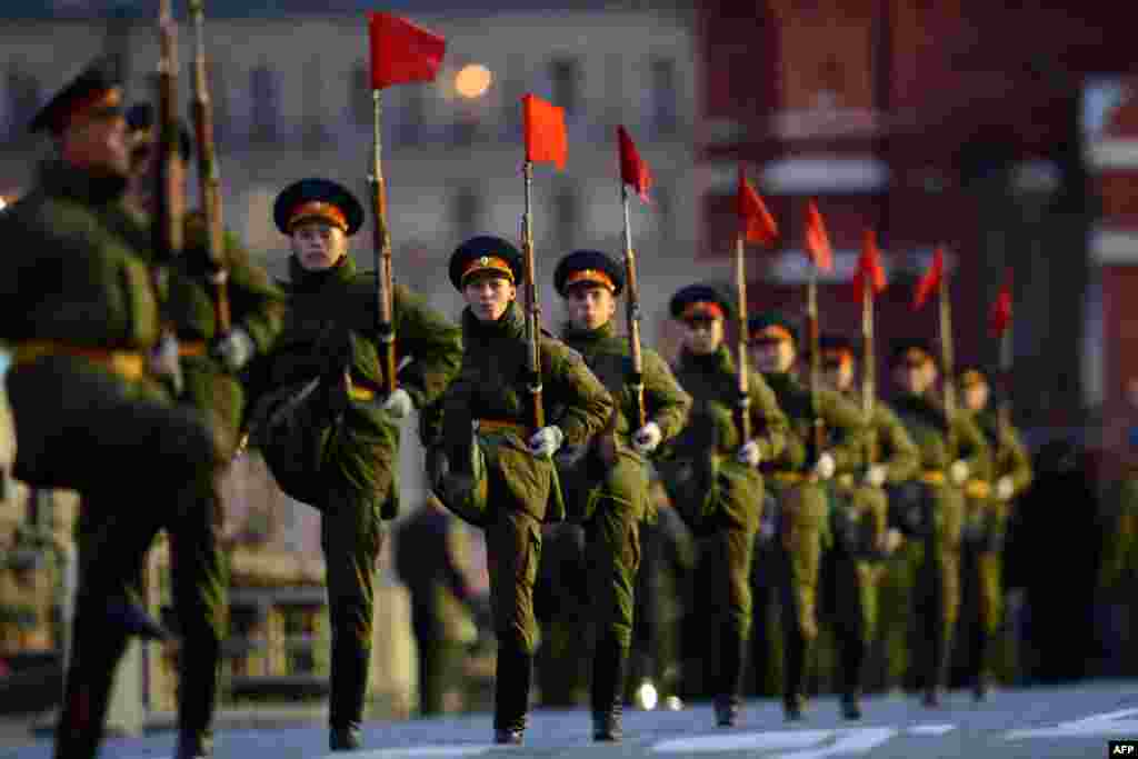Soldiers march during a rehearsal of the Victory Day parade in Moscow late on May 5. (AFP/Kirill Kudryavtsev)