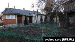 Дом падзелены на дзьве часткі, аднак суседзі Паўла на ўмовы перасяленьня пакуль не пагадзіліся