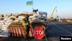 Украинский военнослужащий на блок-посту в селе Салково, близ границы с Крымом. 10 марта 2014 года.