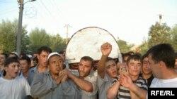 """Во многих кыргызских селах сегодня хоронить некому, а многие дома заколочены с надписью """"уехал на заработки"""""""