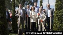 Парк вместе с властями Киева открывали Мустафа Джемилев и Рефат Чубаров