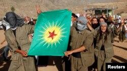Група молодих турецьких курдів зі своїм прапором і в одностроях угруповання «Робітнича партія Курдистану», архівне фото