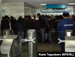 Очередь в кассах метро. Алматы, 12 декабря 2011 года.