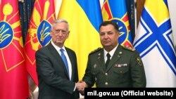 Міністр оборони України Степан Полторак (праворуч) і керівник оборонного відомства США Джеймс Маттіс. Київ, 24 серпня 2017 року