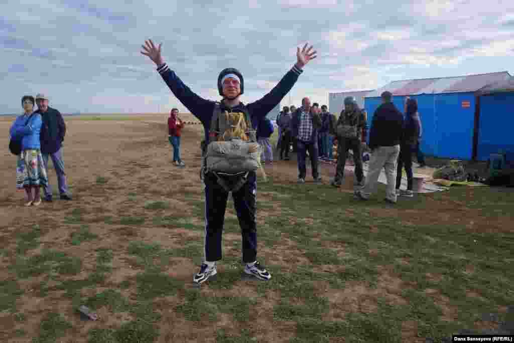 Анатолий Бочуля, менеджер по профессии, мечтал о прыжке с парашютом долгое время. Сегодня он совершил свой первый в жизни прыжок с неба.