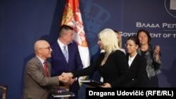 Ministrja e Transportit dhe Infrastrukturës e Serbisë, Zorana Mihajloviq, dhe drejtori i Sektorit të Ballkanit Perëndimor në Bankën Evropiane të Investimeve, Miguel Morgado(majtas).