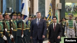 The agreement was signed after talks between visiting Ukrainian President Viktor Yanukovych (left) and his Turkmen counterpart, Gurbanguly Berdymukhammedov.