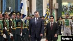 The agreement was signed after talks between visiting Ukrainian President Viktor Yanukovych (left) and his Turkmen counterpart, Gurbanguly Berdymukhammedov.