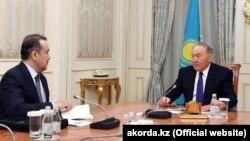 Президент Казахстана Нурсултан Назарбаев (справа) и председатель комитета национальной безопасности (КНБ) Казахстана Карим Масимов на фотографии, размещенной на сайте Акорды 15 февраля 2018 года, дата съемки которой неизвестна.